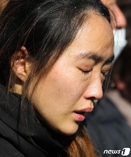 [사진] 눈물 흘리는 고 문중원 기수 부인