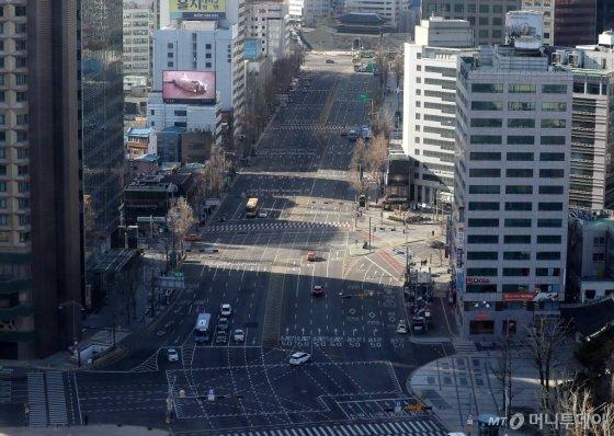 신종 코로나바이러스 감염증(코로나19) 확진자가 급속도로 증가하는 가운데 23일 오전 서울 도심이 한산한 모습을 보이고 있다. /사진=홍봉진 기자 honggga@
