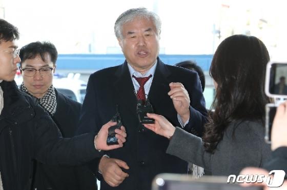 전광훈, 구속적부심 받으러 종로경찰서 출발…취재진 피해 이동