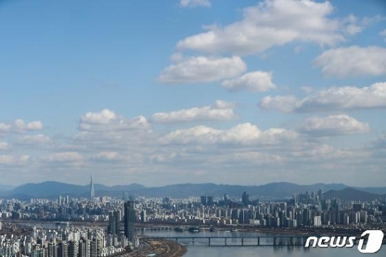 [사진] 코로나19 확산 공포 속 찾아온 파란 하늘