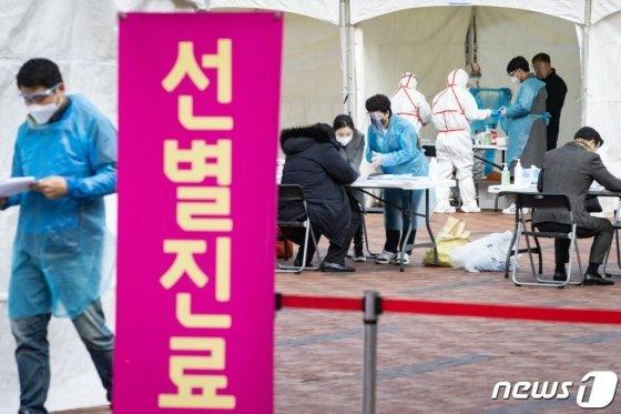 신종 코로나바이러스 감염증(코로나19) 확진자가 1,000명을 돌파한 지난 26일 서울 강동구 명성교회 앞에 마련된 임시 선별진료소에서 주민들이 진료를 받고 있다. /사진=누스1