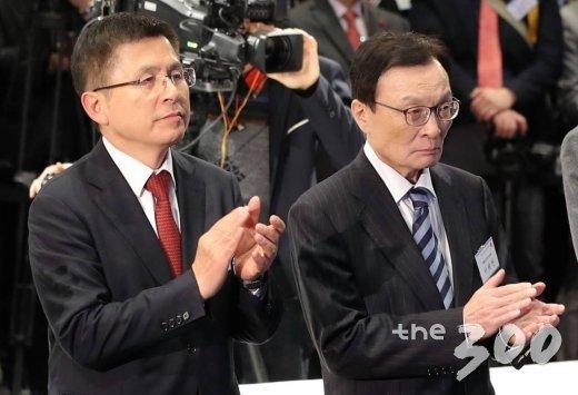 이해찬 더불어민주당 대표(오른쪽)와 황교안 자유한국당 대표가 3일 서울 강남구 코엑스에서 열린 '2020 경제계 신년인사회'에 참석해 박수를 치고 있다./사진=이기범 기자