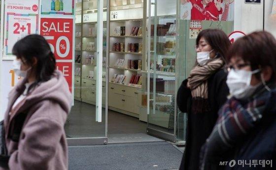 코로나19 확산이 지속되고 있는 26일 오후 서울 중구 명동의 한 화장품 매장이 한산한 모습을 보이고 있다./사진=김창현 기자