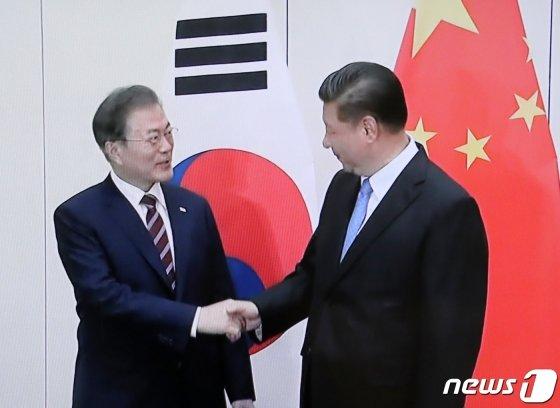 G20 정상회의 참석차 일본을 방문한 문재인 대통령이 27일 오후 일본 오사카 웨스틴호텔에서 시진핑 중국 국가주석과 회담하기에 앞서 악수를 나누고 있다.(YTN캡쳐)2019.6.27/뉴스1