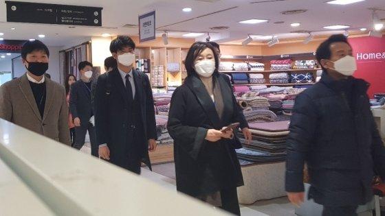 박영선 중소벤처기업부 장관(왼쪽 세 번째)이 27일 서울 양천구 행복한백화점에서 마스크를 직접 구매하고 있다.