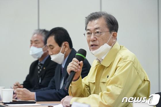 이천 임시거주 우한교민 퇴소…文
