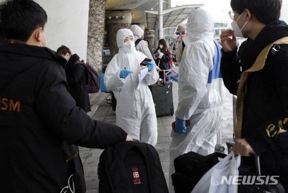 [인천공항=뉴시스] 최동준 기자 = 인천국제공항에 도착한 중국인 유학생들이 25일 학교 관계자에게 이동 안내를 받고 있다. 2020.02.25.   photocdj@newsis.com