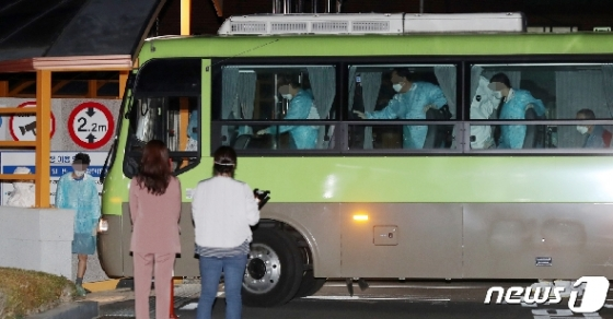[사진] 국립정신건강센터 도착한 청도 대남병코로나19 확진자들