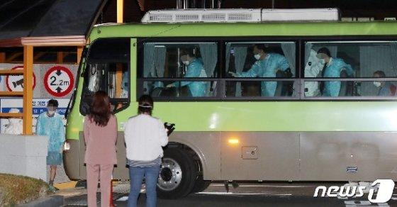 [사진] 국립정신건강센터 도착한 청도 대남병원 코로나19 확진자들