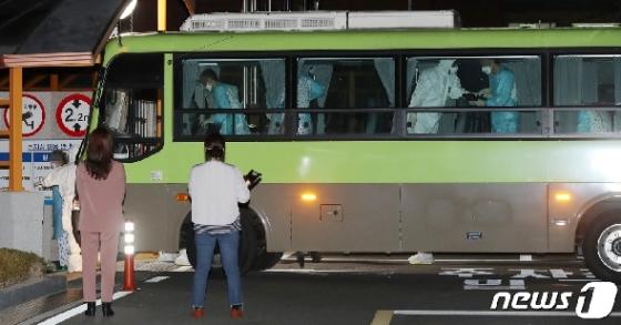 [사진] 국립정신건강센터 도착한 청도 대남병원 환자들