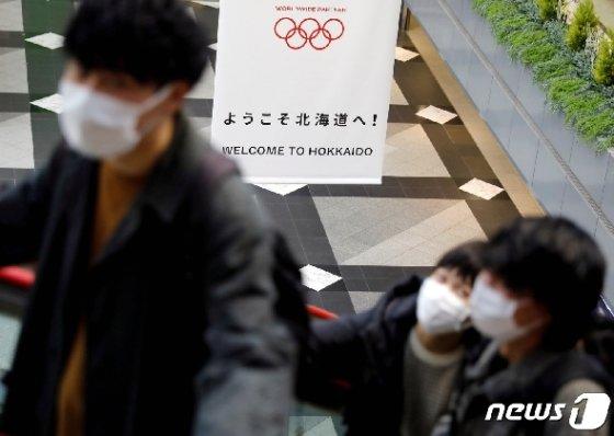 코로나19 확산세가 심상치 않은 홋카이도 어린이들이 마스크를 스고 외출하고 있다. © 로이터=뉴스1