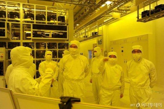 이재용 부회장이 삼성전자 천안 사업장 내 반도체 패키징 라인을 둘러보고 있다. /사진=삼성전자