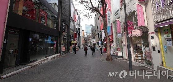 코로나19 확산이 지속되고 있는 26일 오후 서울 중구 명동 거리가 한산한 모습을 보이고 있다. / 사진=김창현 기자 chmt@