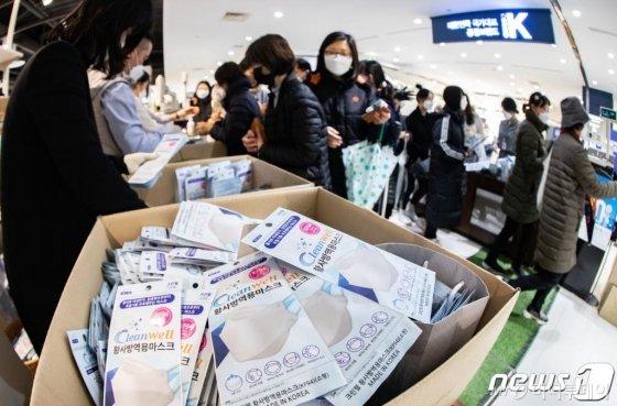 28일 오전 서울 양천구 행복한백화점에서 열린 마스크 긴급 노마진 판매행사에서 시민들이 마스크를 구입하고 있다/사진=뉴스1