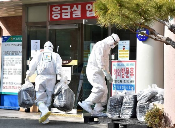 코로나19)확진자가 다수 발생한 경북 청도군 대남병원에서 의료진이 도시락을 옮기는 모습./사진=뉴시스