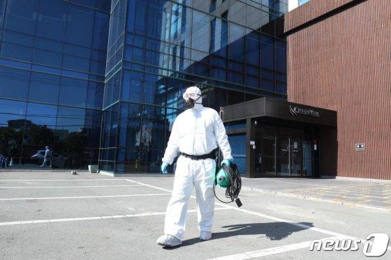 대구 동구의 퀸벨호텔에서 전문방역업체 관계자들이 호텔 내부 방역을 마친 뒤 외부로 이동하는 모습./사진=뉴스1