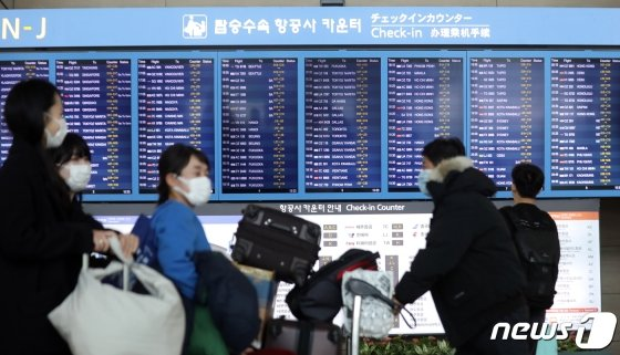 (인천공항=뉴스1) 황기선 기자 = 국내 신종 코로나바이러스 감염증(코로나19) 확진자가 늘면서 한국에서 들어오는 외국인을 막거나 입국 절차를 강화하는 국가가 늘고 있다.  24일 외교부에 따르면 코로나19 대응 조치로 한국으로부터의 입국을 금지한 나라는 이스라엘, 바레인, 요르단, 키리바시, 사모아, 미국령 사모아 등 6개국이다.  입국절차를 까다롭게 하거나 격리 조치를 하는 국가는 9개국(브루나이, 영국, 투르크메니스탄, 카자흐스탄, 마카오, 오만, 에티오피아, 우간다, 카타르)이다.  사진은 이날 인천공항 출국장의 모습. 2020.2.24/뉴스1