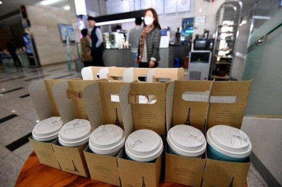 24일 광주 서구청 1층 카페에 일회용컵 주문이 많은 모습./ 사진=뉴시스