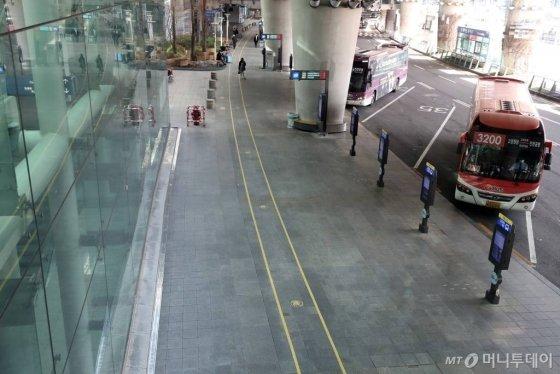 코로나19의 국내 확산이 빠르게 진행되면서 자국민에 대한 한국행 방문 자제를 권고하는 국가가 늘어가고 있는 가운데 26일 인천국제공항 제1터미널 입국장 버스정류장이 한산한 모습을 보이고 있다. /사진=이기범 기자 leekb@