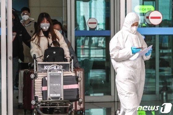 인천국제공항을 통해 입국하고 있는 중국인 유학생들./뉴스1 © News1 성동훈 기자