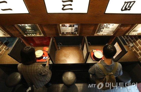 28일 오후 서울 서대문구 신촌의 일본식라면 전문점 이찌멘의 1인전용 식사공간에서 시민이 식사를 하고 있다.   통계청이 이날 발표한 '인구주택총조사에 나타난 1인 가구 현황 및 특성'에 따르면 지난해 1인 가구는 562만가구로 2000년 222만가구보다 340만가구(152.6%) 증가했다. 일반가구 대비 1인 가구 비율도 2000년 15.5%에서 2017년 28.6%로 크게 상승했다. 1인가구가 증가하며 이른바 '혼밥', '혼술'도 이제는 일반적인 문화가 됐다. 2018.9.28/뉴스1  <저작권자 © 뉴스1코리아, 무단전재 및 재배포 금지>