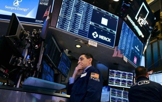 [뉴욕=AP/뉴시스]27일(현지시간) 미국 뉴욕증권거래소(NYSE)에 주가 폭락에 한 거래인이 입을 가리고 서있다. 2020.02.28.