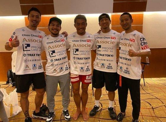 추성훈(가운데)이 지난 18일 원챔피언십 경기에서 승리 후 동료들과 포즈를 취하고 있다. /사진=추성훈 인스타그램