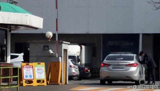 지난 22일 오후 한 자동차 부품공장 정문에 발열체크 안내판이 세워져 있다. /사진=임성균 기자