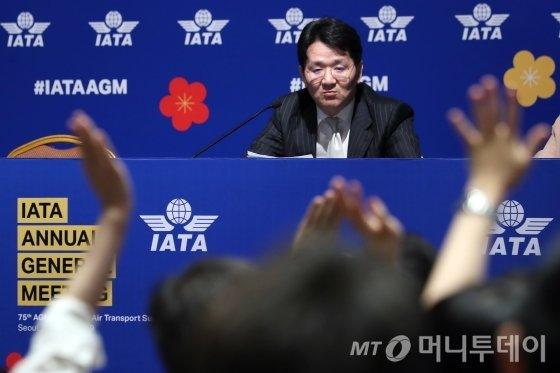 조원태 한진그룹 회장이 3일 오후 서울 강남구 코엑스에서 열린 '국제항공운송협회(IATA)' 대한항공 기자간담회에서 취재진의 질문을 받고 있다. / 사진=이기범 기자 leekb@