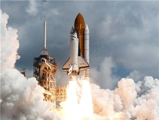 우주왕복선을 실은 로켓의 발사하는 모습/사진=NASA