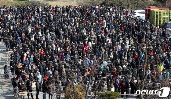 2일 오후 충북 청주시 상당구 용암동 농협하나로마트에서 마스크를 구입하려는 시민들이 줄지어 서 있다. 2020.3.2/뉴스1 © News1 김용빈 기자
