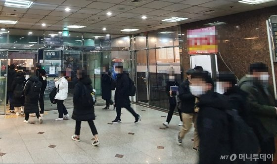 6일 밤 10시 서울 강남구 대치동 인근 유명 입시학원에서 학생들이 수업을 마치고 귀가하고 있다. /사진=최동수 기자