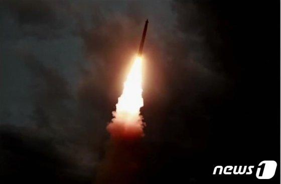 지난달 31일 김정은 북한 국무위원장의 지도 하에 '신형 대구경조종방사포 시험사격'을 했다고 조선중앙TV가 1일 보도했다. (조선중앙TV 캡처) 2019.8.1/뉴스1