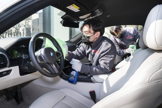 BMW 차량 소독 모습. /사진제공=BMW그룹코리아
