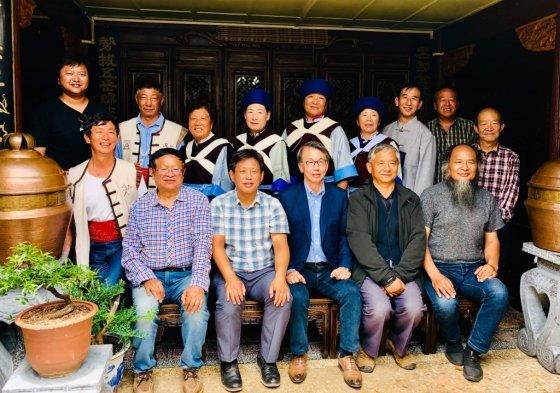 2018년 중국 운남성 리장시에서 예동근 부경대학교 중국학과 교수(첫줄 왼쪽에서 두번째)과 바이쯔 위엔 리장시 민속박물관 관장(셋째줄 맨 왼쪽)이 같이 찍은 사진 /사진제공=예동근 교수