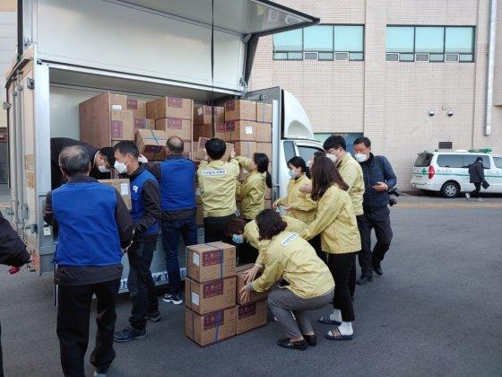 지난 6일 부산시 중구 보건소 관계자들이 중국에서 보낸 수술용장갑을 나르고 있다. /사진제공=인문학당 달리