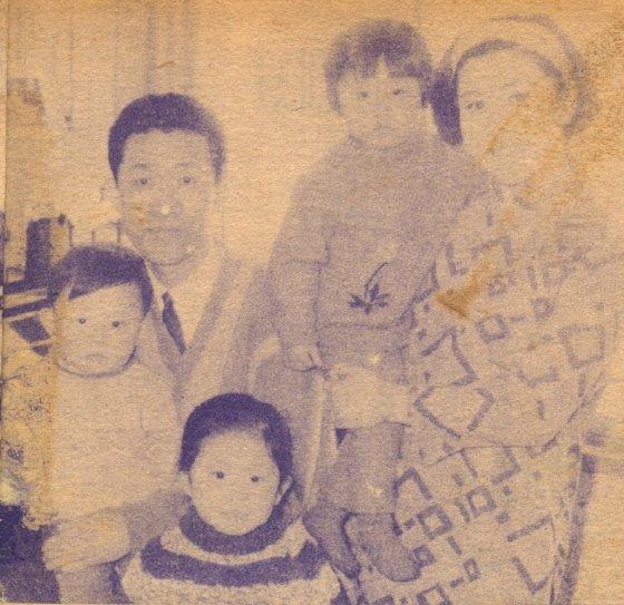 국가문화재로 등록된 나화랑 생가의 '나화랑(본명 조광환) 가족'. 앨범에 수록된 희귀 흑백 사진이다. /사진제공=한국대중가요연구소<br />
