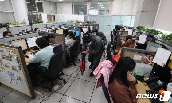 서울 구로구 콜센터에서 신종 코로나바이러스 감염증(코로나19) 확진자가 증가하고 있는 가운데 11일 오전 대전시청 120콜센터에서 방역 관계자들이 방역을 하고 있다. 2020.3.11/뉴스1 © News1 김기태 기자