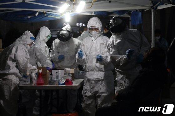 10일 오후 서울 구로구 코리아빌딩 앞에 마련된 선별진료소에서 의료진이 신종코로나 바이러스 감염증(코로나19) 검진을 하고 있다.  © News1 황기선 기자
