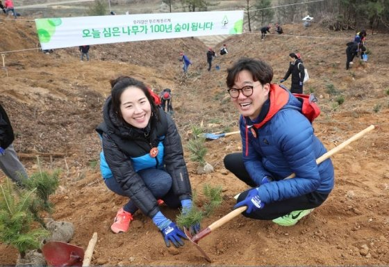 유한킴벌리, 36년만에 '신혼부부 나무심기' 봄→여름 연기