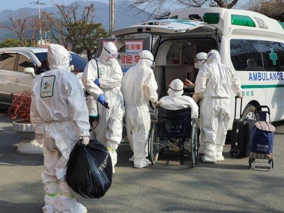 경북 청도 대남병원을 취재하던 중 확진자가 다른 병원으로 이송되는 모습. 확진자와 가장 근접한 순간이었다. /사진=김남이 기자