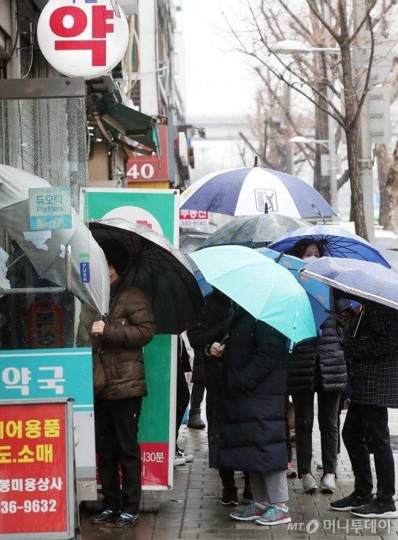 마스크 5부제 시행 이튿날인 10일 오전 서울 서대문구의 한 약국에서 시민들이 마스크를 구매하기 위해 줄지어 서 있다. / 사진=김창현 기자 chmt@