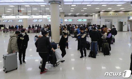 10일 오전 제주국제공항 3층 국제선 출국장에서 중국인들이 발권 순서를 기다리고 있다.  신종 코로나바이러스 감염증(코로나19)의 국내 확산으로 도내에 거주하던 중국인 불법체류자 등의 자진 출국이 이어지고 있다.2020.3.10/뉴스1