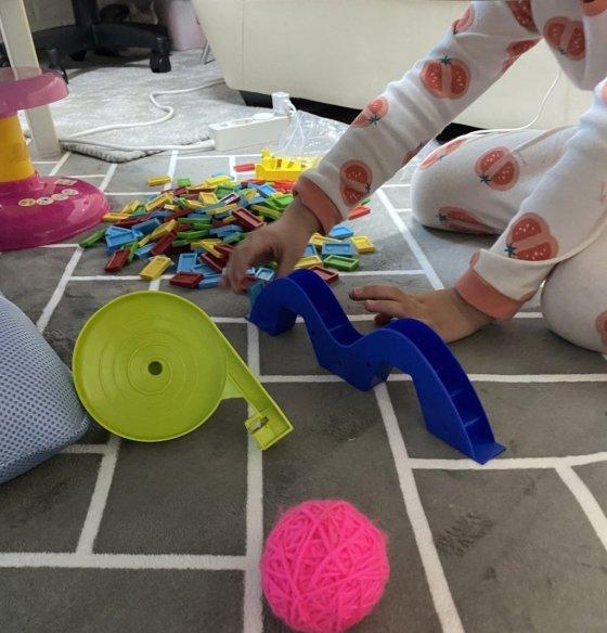 지애는 엄마가 우는 걸 싫어한다고 했다. 장난감을 갖고 놀면서도, 계속 살피는 걸 봤다./사진=남형도 기자