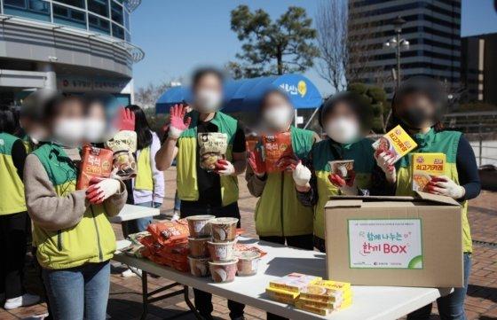 함께 박스를 포장한 3조 사람들./사진=초록우산 어린이재단