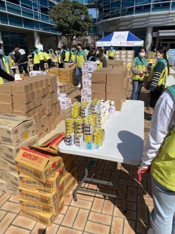 부산 동구청 광장에 모인 자원봉사자, 아동센터 관계자들. 이른 아침부터 분주했다. 아이들 끼니가 걱정돼, 코로나19 걱정도 뒤로 미룬 이들이다./사진=남형도 기자