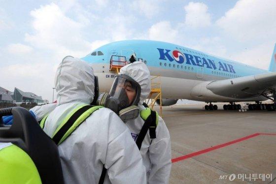 지난 3월4일 오후 인천국제공항 대한항공 항공기정비고에서 방역 직원들이 뉴욕으로 향하는 항공기를 소독하고 있다. 코로나19의 글로벌 확산은 항공업 등 물류업계의 실적에 부정적 영향을 줄 것이라는 평가가 잇따른다. / 사진=이기범기자