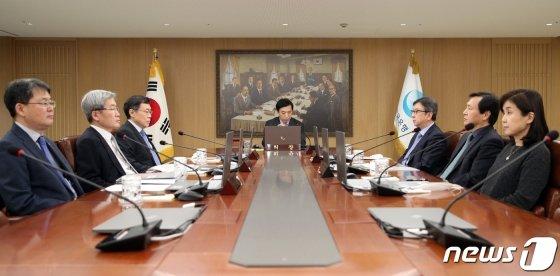 (서울=뉴스1) = 이주열 한국은행 총재가 16일 서울 중구 한국은행에서 열린 금융통화위원회를 주재하고 있다. 한국은행은 이날 기준금리를 0.5%포인트 낮춰 역대 최저치인 연 0.75%가 됐다. 0%대 기준금리는 사상 처음이다.(한국은행 제공) 2020.3.16/뉴스1