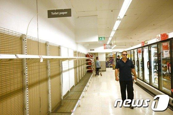 화장실 휴지가 모두 팔린 호주의 한 상점./사진=AFP=뉴스1