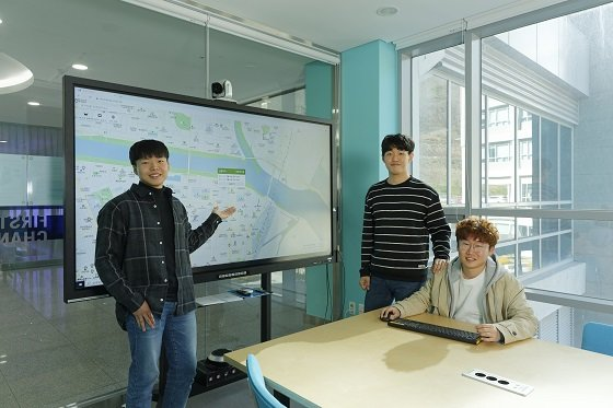 코로나맵을 제작한 학생들. 왼쪽부터 김지완, 김태윤, 전대성 학생/사진=UNIST